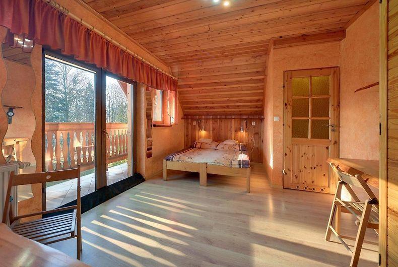 Pokój w domku z balkonem i widokiem na góry